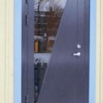 Внешняя дверь дома со стеклом